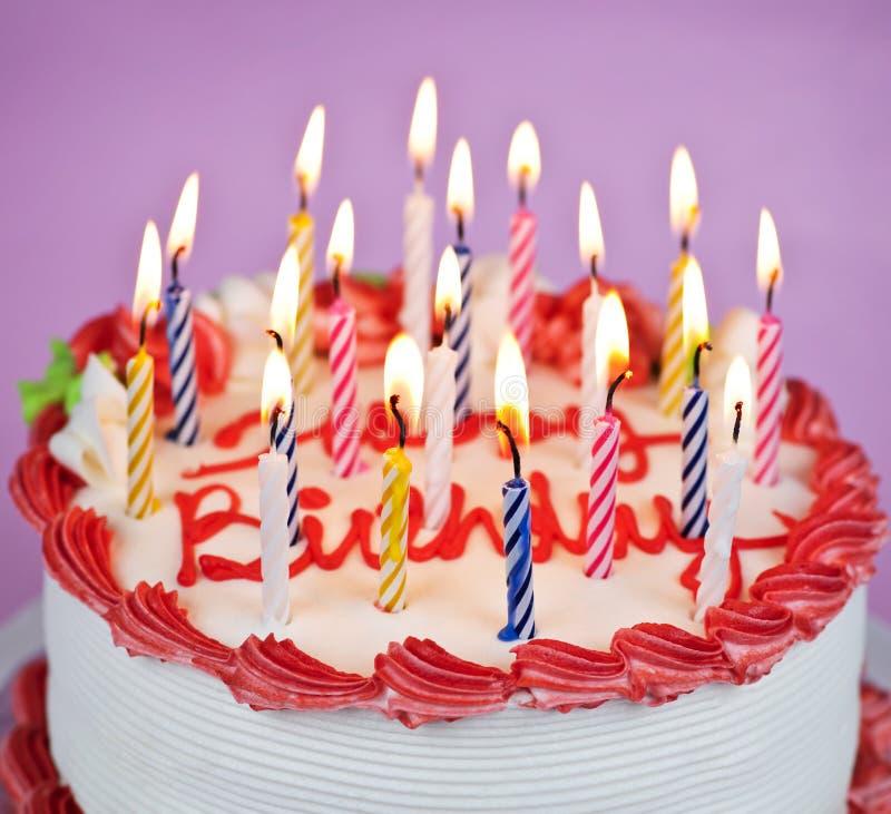 De cake van de verjaardag met aangestoken kaarsen stock foto's