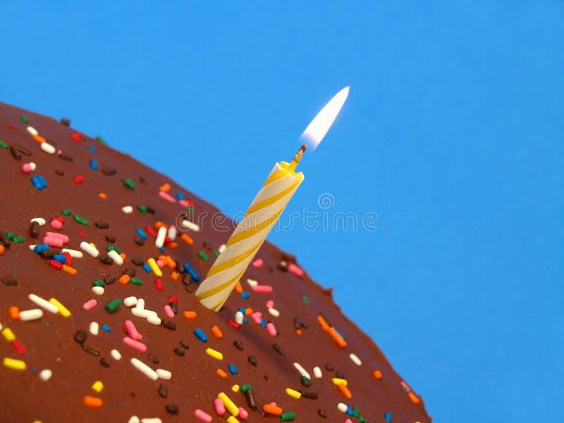De cake van de verjaardag met kaars stock afbeelding