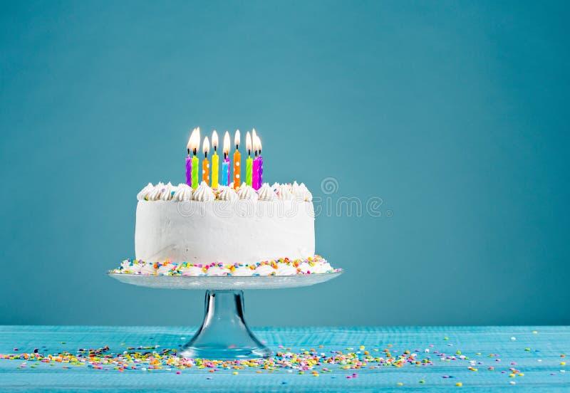 De cake van de verjaardag met kaarsen stock fotografie