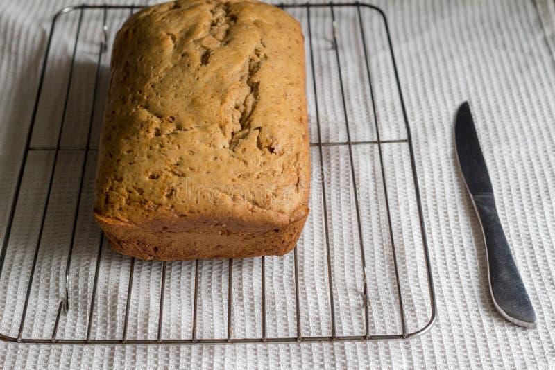 De cake van het banaanbrood op cakenet op witte dishtowelachtergrond royalty-vrije stock foto's