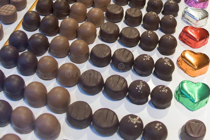 De cake van het chocoladesuikergoed op vertoning stock afbeeldingen