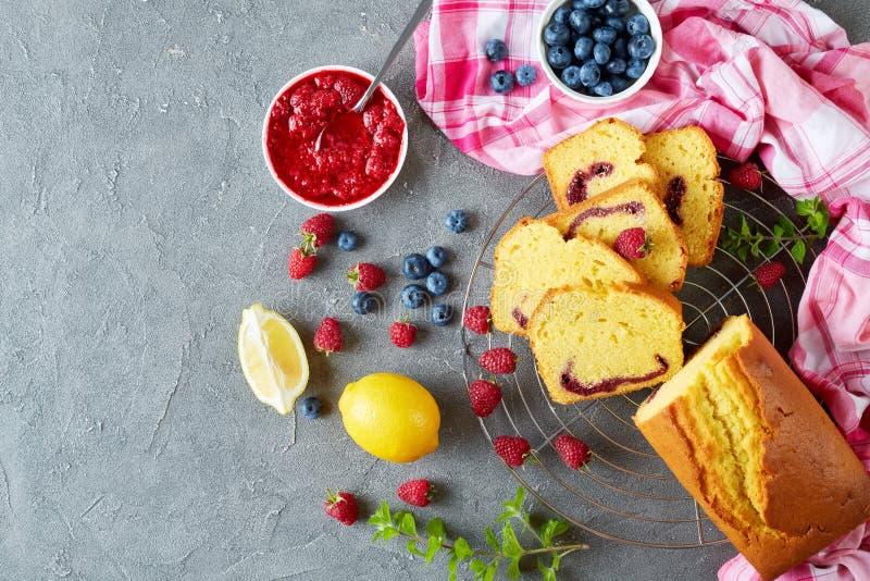 De cake van het citroenpond met bessenjam het vullen royalty-vrije stock fotografie
