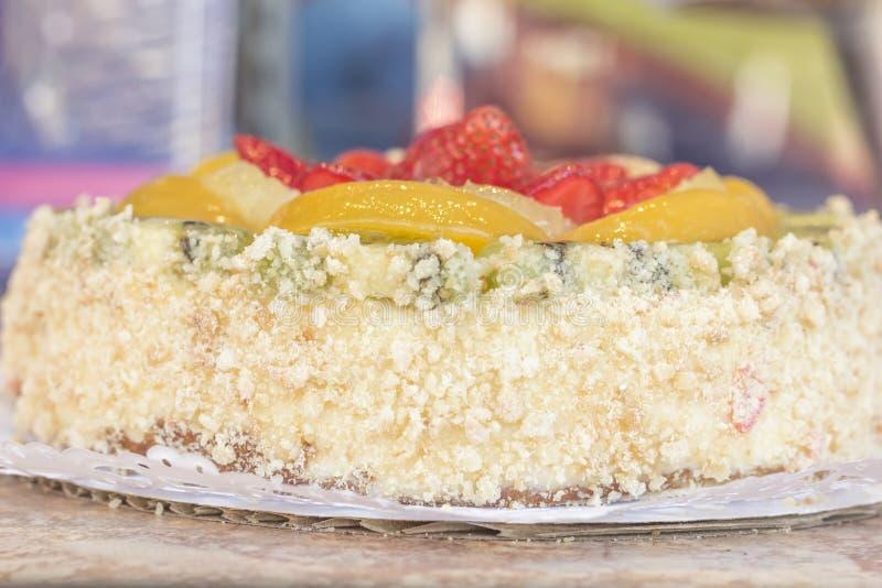 Download De cake van het fruit stock foto. Afbeelding bestaande uit kruimel - 54091736