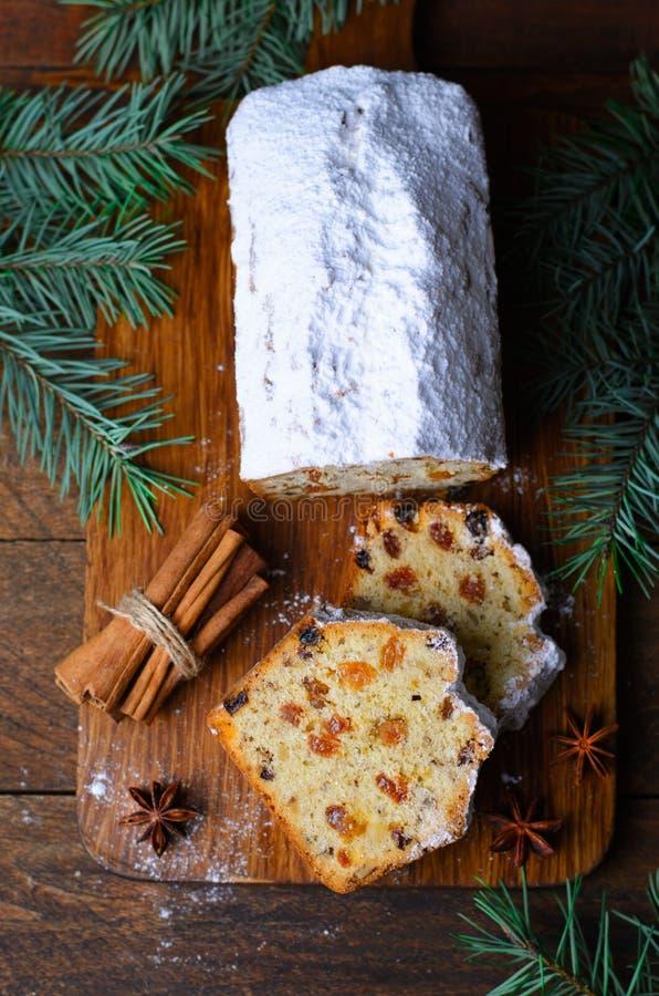 De Cake van het fruitbrood met Suikerglazuursuiker wordt bestrooid, Kerstmis en de de Wintervakantie die behandelen stock afbeeldingen