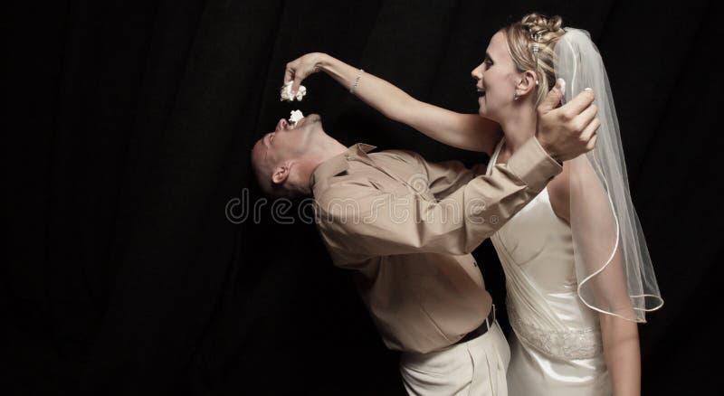 De cake van het huwelijk het voeden royalty-vrije stock afbeeldingen