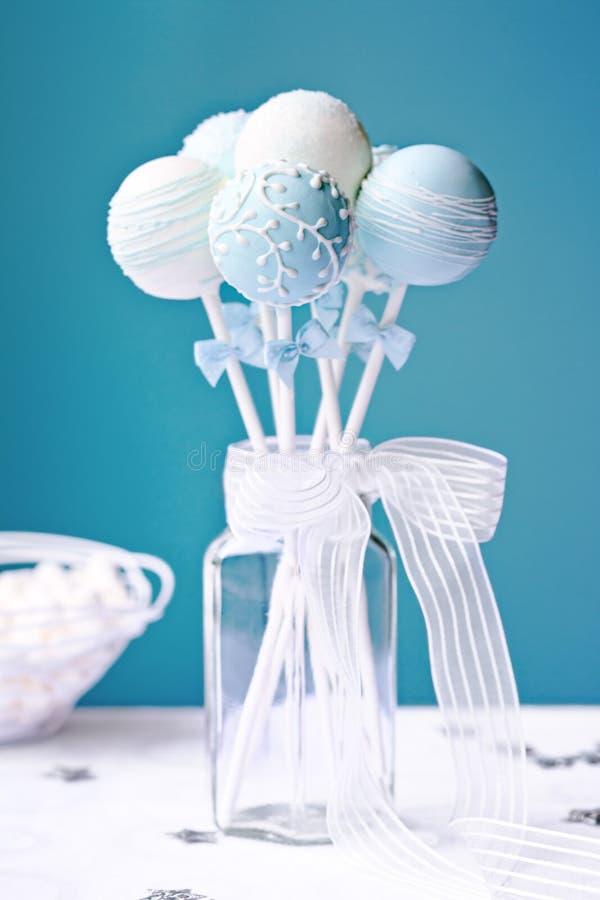De cake van het huwelijk knalt stock afbeeldingen