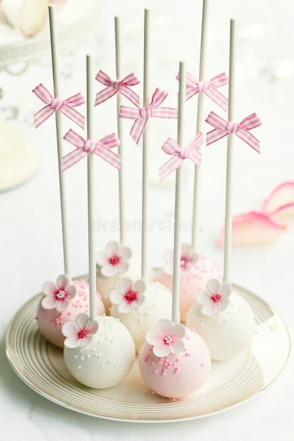 De cake van het huwelijk knalt stock afbeelding