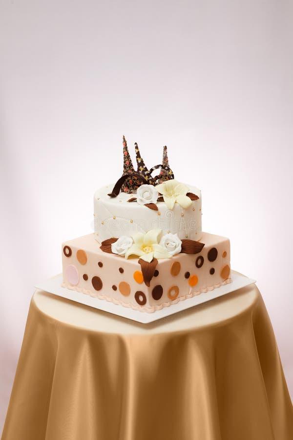 De cake van het huwelijk met bloem royalty-vrije stock foto
