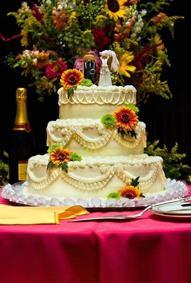 De cake van het huwelijk met bloemen stock afbeeldingen