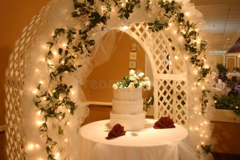 De Cake Van Het Huwelijk Met Bloemen Royalty-vrije Stock Foto's