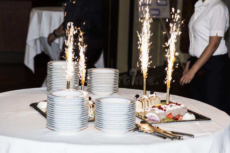 De cake van het huwelijk met vuurwerk stock afbeeldingen
