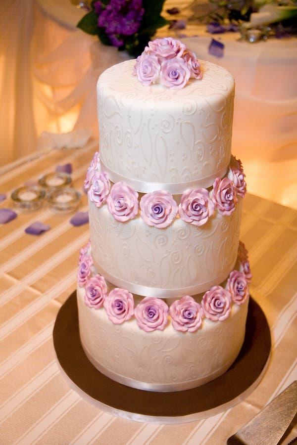 De Cake van het huwelijk op HoofdLijst stock afbeelding