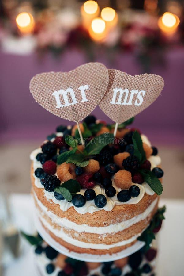 De cake van het Naakedhuwelijk met bosbessen en frambozen stock foto