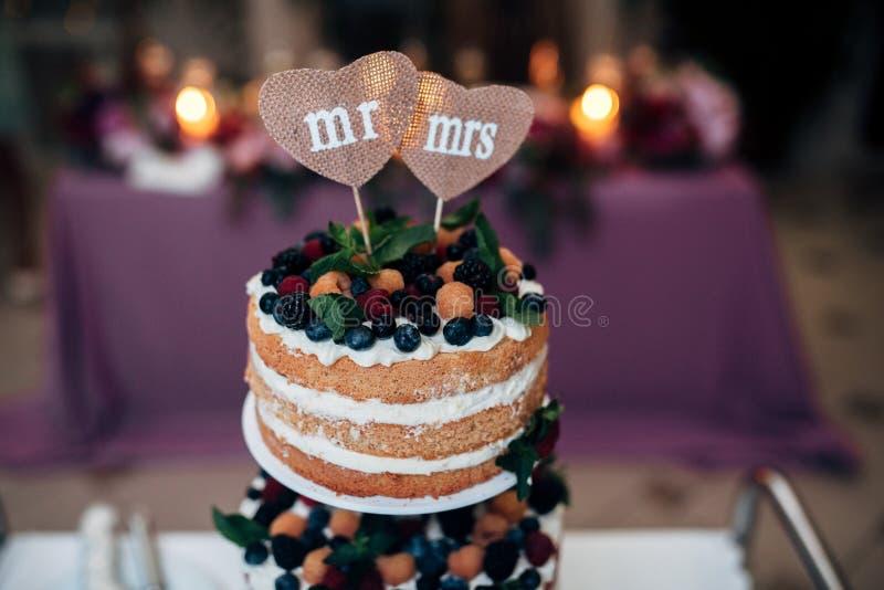 De cake van het Naakedhuwelijk met bosbessen, frambozen en munt royalty-vrije stock fotografie