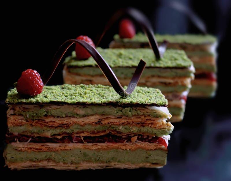 De cake van het pistachebladerdeeg met frambozen en chocolade royalty-vrije stock foto