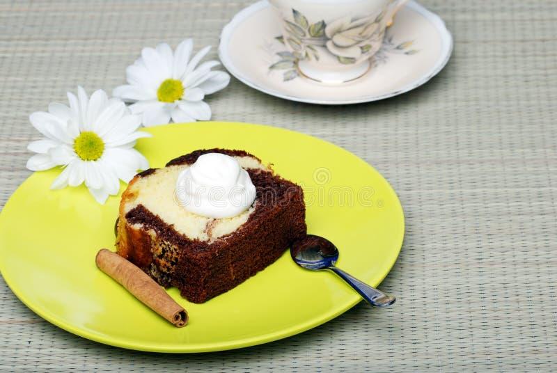 De cake van het pond met ranselt room en een Pijpje kaneel royalty-vrije stock foto's