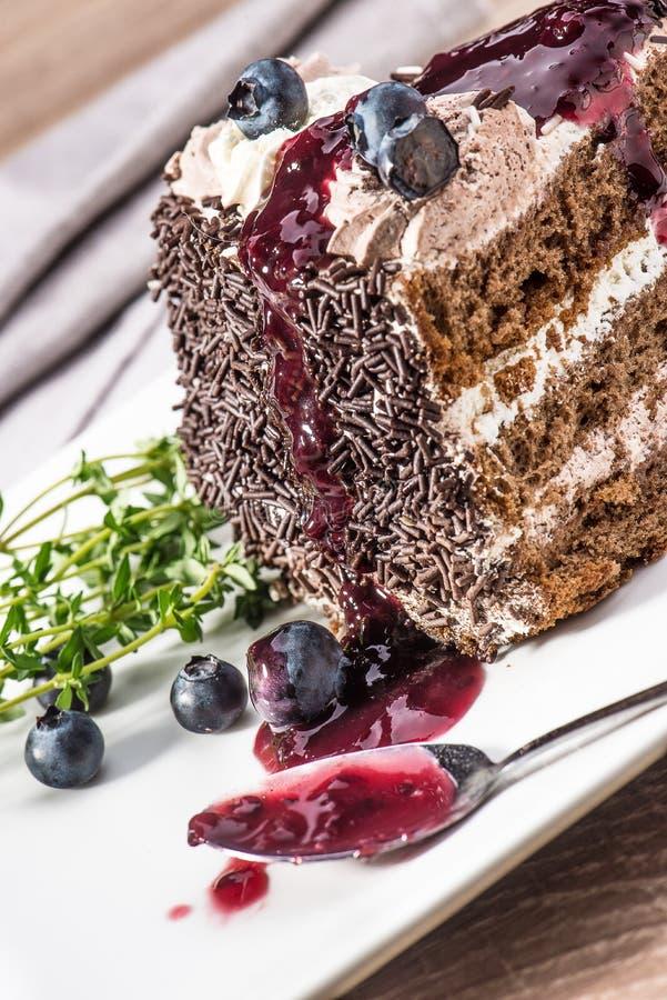 De cake van de koekjeschocolade met bosbessen en bosbessenjam op een plaat stock afbeelding