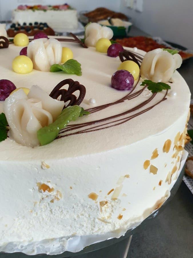 De cake van de laagpartij met slagroom en chocoladebovenste laagje, mooie eetbaar nam decoratie toe Andere cakes op de achtergron stock afbeeldingen