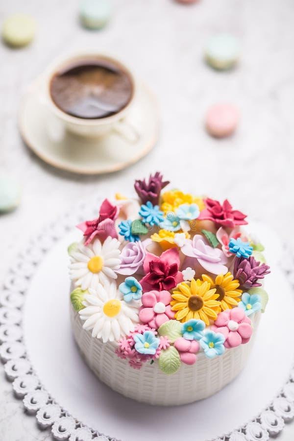 De cake van marsepein bloeit makarons en zwarte koffie stock foto