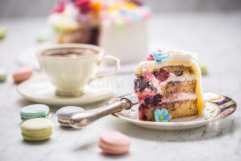 De cake van marsepein bloeit makarons en zwarte koffie royalty-vrije stock afbeelding