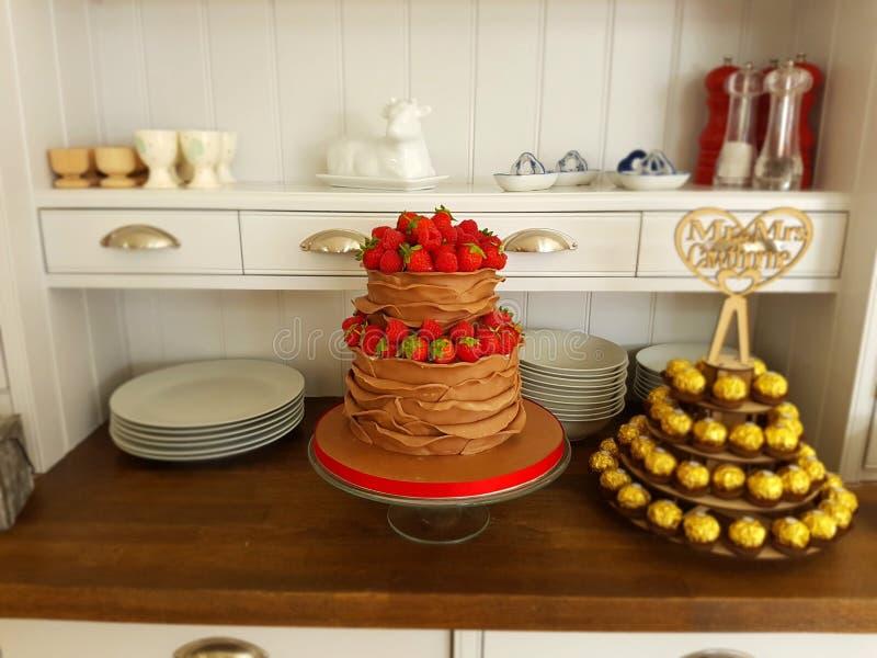 De cake van de melkchocolaruche met bessen stock fotografie