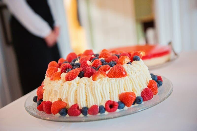 De cake van mengelingsbessen stock foto's