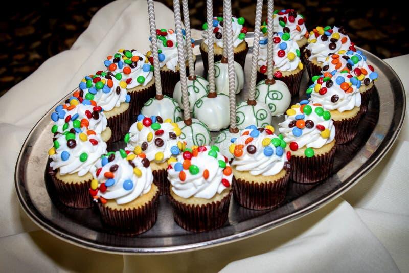 De Cake van Mini Cupcakes en van de Chocolade knalt op een Zilveren Dienblad stock fotografie