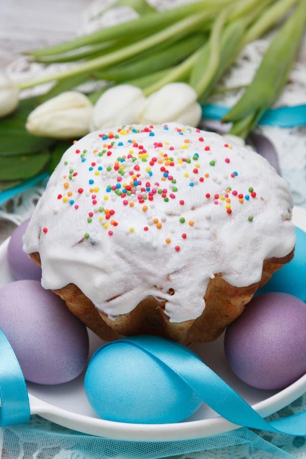 De cake van Pasen en kleurrijke eieren stock afbeeldingen