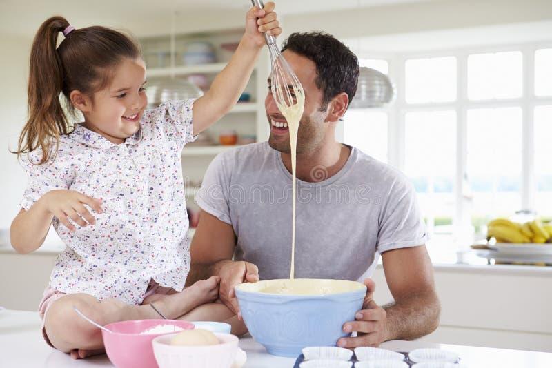 De Cake van vaderand daughter baking in Keuken royalty-vrije stock afbeelding
