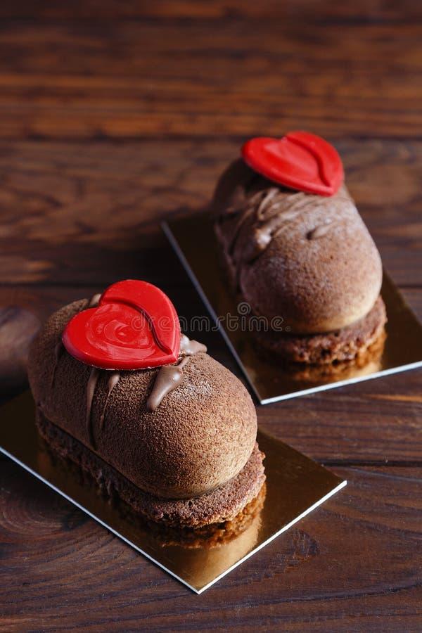De cakedessert van het chocoladegebakje met rode harten stock fotografie