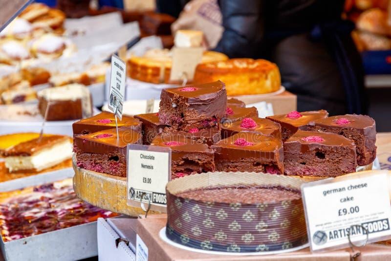 De cakeplak van de chocoladeframboos op vertoning bij Stadsmarkt stock afbeelding
