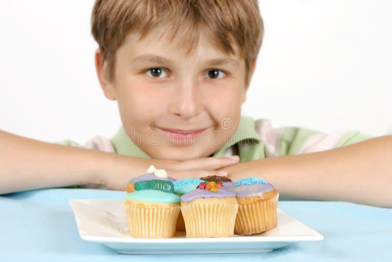 De Cakes van de kop op een witte plaat stock fotografie