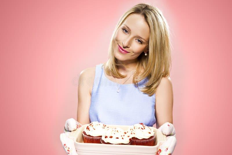De cakes van de vrouwenholding stock afbeelding