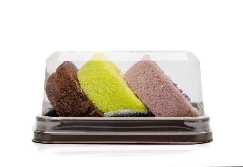 De cakes van het jambroodje in plastic verpakking, geïsoleerd op witte achtergrond stock afbeeldingen