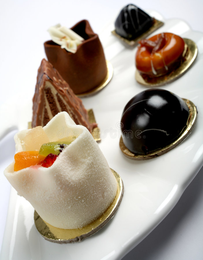 De cakes van Petits fours op een plaat royalty-vrije stock afbeelding