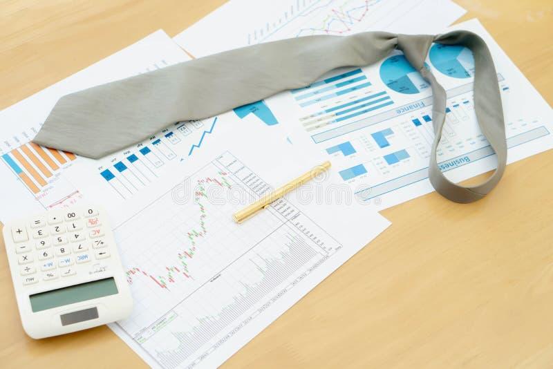 De Calculator en de Pen van stropdasgrafieken financi?n royalty-vrije stock afbeeldingen