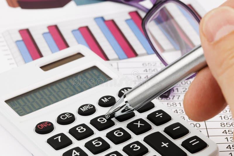 De calculator van de grafiek en een balans stock fotografie