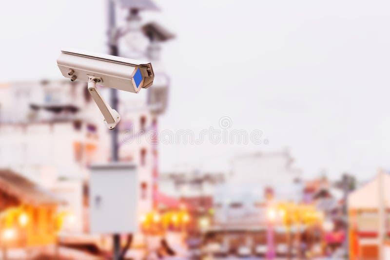 De camera's van veiligheidskabeltelevisie met zonnepaneel in grote stad royalty-vrije stock afbeelding