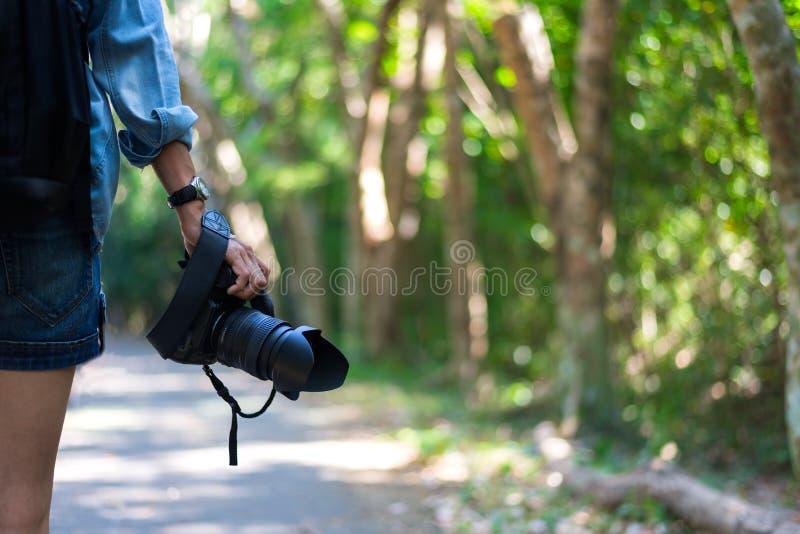 De camera van de de handholding van de reisvrouw stock afbeeldingen