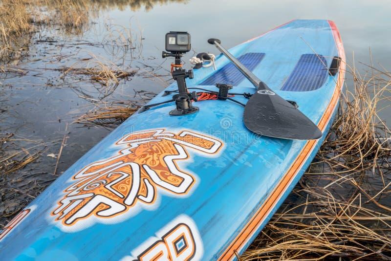 De camera van de GoProheld op tribune omhoog paddleboard royalty-vrije stock fotografie