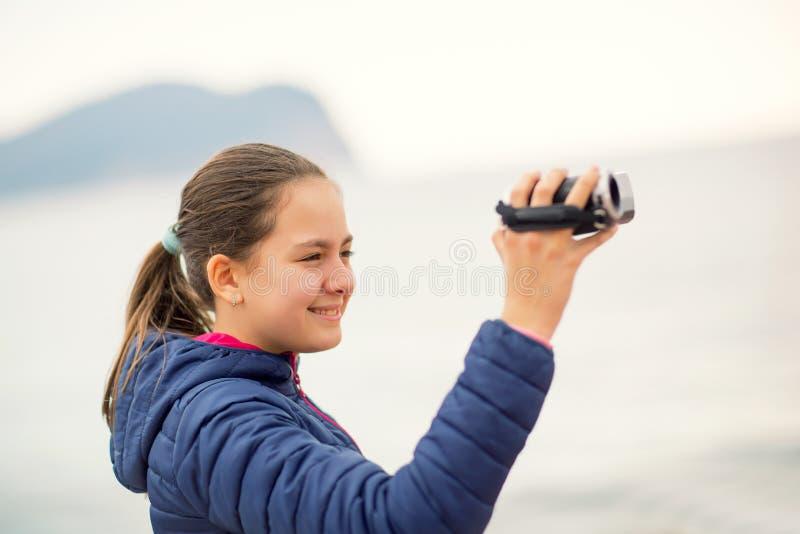 De camera van de meisjesholding en verslagoverzees stock afbeeldingen