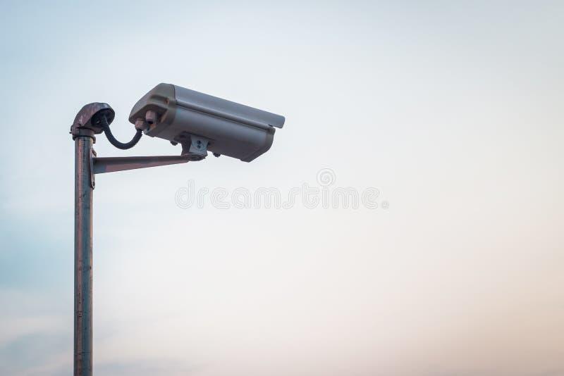 De camera van de veiligheid op blauwe hemel royalty-vrije stock afbeelding
