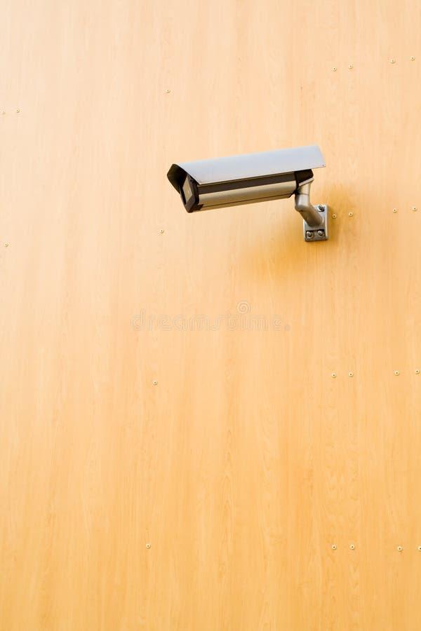 De camera van de veiligheid op bruine achtergrond stock afbeelding