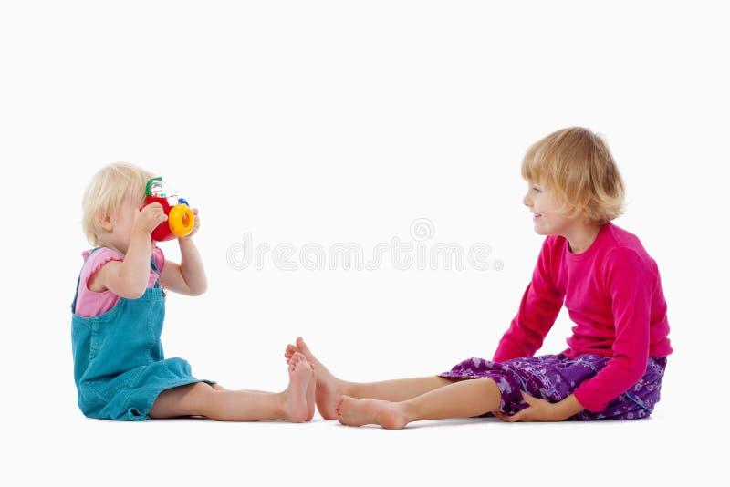De camera van de zuster en stuk speelgoed stock afbeeldingen