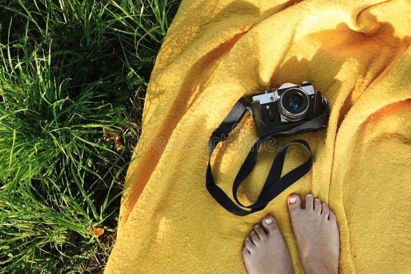 De camera van de filmfoto op gele deken, picknick in tuin, de zomer va stock afbeeldingen
