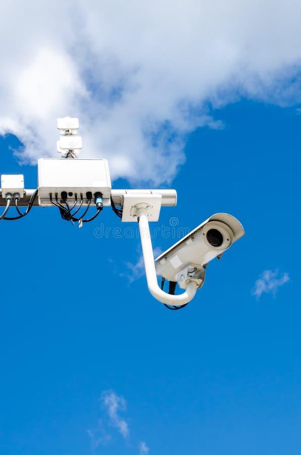 De camera van het toezicht op blauwe hemel royalty-vrije stock afbeelding