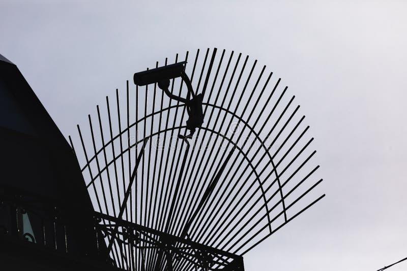 De camera van kabeltelevisie van de silhouetveiligheid in de bureaubouw royalty-vrije stock foto