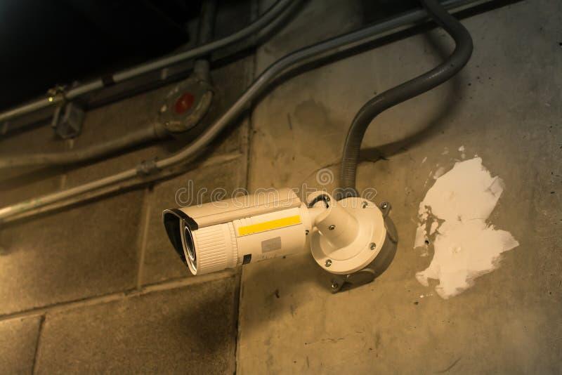De camera van veiligheidskabeltelevisie bij plafond in de bureaubouw Intelligent c stock foto's