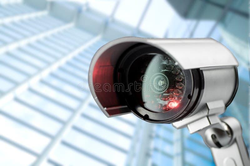 De camera van veiligheidskabeltelevisie in de bureaubouw stock foto