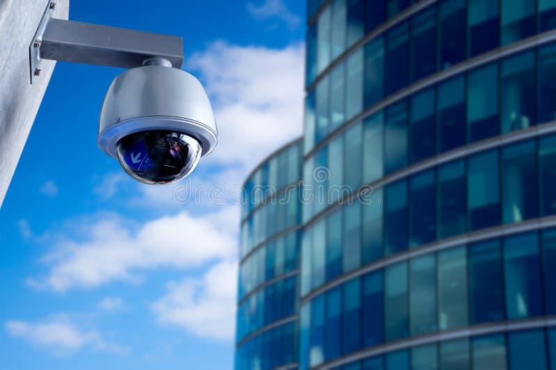 De camera van veiligheidskabeltelevisie in de bureaubouw stock afbeelding